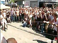 Dude är uppbundna och gangbanged utanför offentligt med massor av tittare