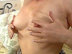Bärnstensfärgade mässiga Clare smeker sin Klitoris