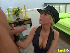 Hot policewoman Dylan Riley aime à baiser