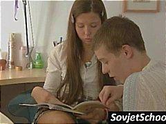 Sexy Russische schoolmeisje stopt met werken en krijgt kuste en streelde