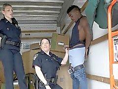 Cops sucent suspect noir dans le déplacement van