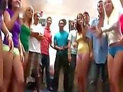 Groep van geile meiden neuken op college