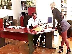 Anal au bureau de avec les cheveux blond de Kathia de Nobili