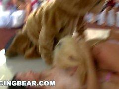 DANÇA DE URSO - Crazy Party Girls Fodido Por Strippers Masculinos