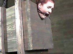 La sous redhead Nipplepierced canné en tiedup à la case