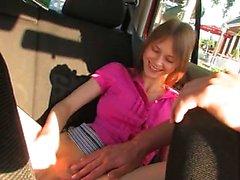 Fingering ystävättäriäni emätin autoon