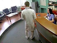 Arztes fucks serbische Patient auf Sicherheit Kamera