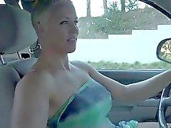 Blonde Short Hair MILF dildoing pysäköi autonsa BVR