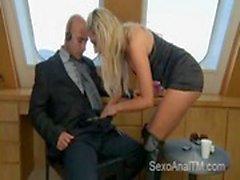 Hot blond get & # 039_s anal auf einer Yacht von einem glatzköpfigen Mann gefickt