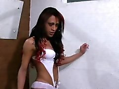 Просочившиеся полное видео озорной Shemale дрочится во ванна