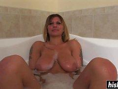 Татуированная девушка расслабляется в ванне