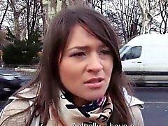 Amatööriluokassa ruskeaverikkö Tšekki tyttö munaa autossa rahoille