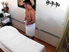 passeios a massagista asiática e puxando seu cliente