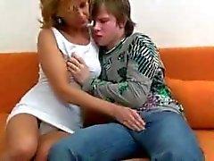 Ziemlich heiße Mama mit Jungen