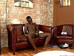 Deportiva y apto jovencito African obras su árbol