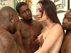 Kinky Babe Arschloch von schwarzen Jungs in vielen Posen gerammt