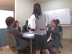 Busty Büro Dame bekommt einen Gangbang von ihren Kollegen