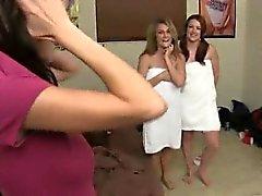 Las lesbianas universitarios jugueteando y fingering unos a otros