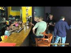 blond tonåring åtnjuter en massiv grupp ansikts