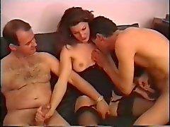 Zorra triguena tiene dos personas a cenar a después hace un trio pervertido