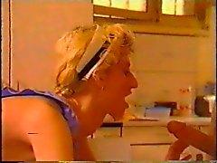 zwei Typen zu stopfen ihrer Doppelhausmädchen Stubenmädchen auf dem Tisch