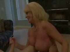 Rijpe blonde handjob