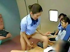 Азиатского Stewardess стучал с капитаном
