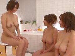 Japonés grande con curvas tetona trío lésbico soapland