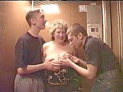 Бабуля ебать во лифтом