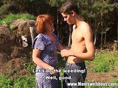 Cachonda Farm Boy folla a una pelirroja maduros Aire libre