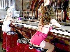 Lindos aproxima de lésbicas loiras morena sexy em vermelho então fode com strapon