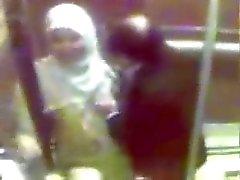 Cium tudung Dalam lift