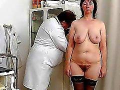 Spikylooking домохозяйки получения гинекомастии
