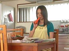 Maduras asiático se masturba con una zanahoria
