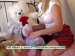 Alison rondborstige blonde vrouw knipperen tieten en kont in de slaapkamer