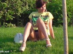 Jeny Smith parpadea en un parque