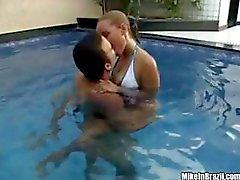 Geana is een lekkere Braziliaanse sletterig chick die krijgt een goede neuken bij het zwembad