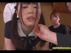 Ikuta Miku joue la fille dans ce drame de drame baisée devant des tantes