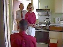 Brittiläinen emäntä huora nai keittiössä