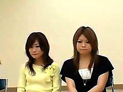 Güzel Asyalı bayanlar giysilerini kalkmasına ve th ortaya