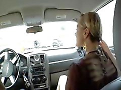 Loira Belladonna dá -lhe a cabeça no carro e bate -lo em casa