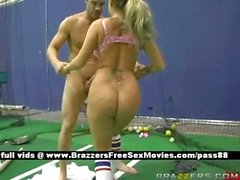 Vollbusige Blondine Luder auf einem Tennisgericht bekommt ihre Pussy geleckt