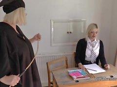 Mistress Oma Lacey streift ihre jüngere Schülerin, bevor sie Spaß mit ihr hat