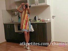 Dominika Obtém para baixo e sujo com uma cenoura