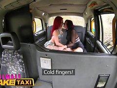 Weiblich Gefälschte Taxi Zwei vollbusige Küken mit wilden Haaren