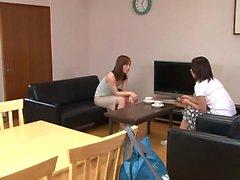 Sexy prostitutas japonês fica realmente impertinente na sala de estar