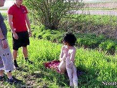 Zwei Jungspunde erwischen MILF nackt Outdoor und ficken sie