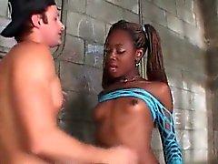 Т. Aiemee получает ее черного член всасывается в тюрьмах