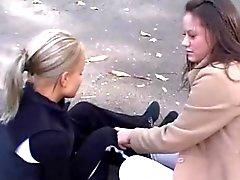 Schöne blonde und Dunkelheit schwarzen behaarten Lesbierinnen