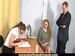 Entrevista de emprego nua para a secretária loira doce